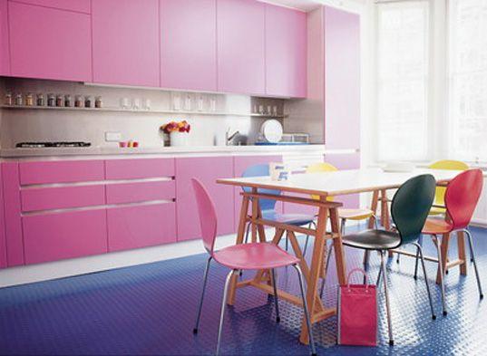 Colores para decorar sillas iguales de diferente color - Cocinas rosa fucsia ...