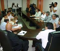 Representantes del gobierno,sindicato y empresa firman el acuedo