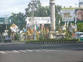 bendera di tengah kota padang