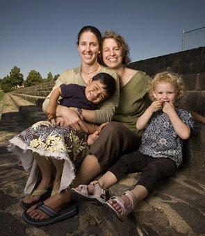 http://3.bp.blogspot.com/_fB-5n3MSwGk/SUA-fFE0GHI/AAAAAAAAAOE/yrDFyQp2aOM/s400/gay+family.jpg