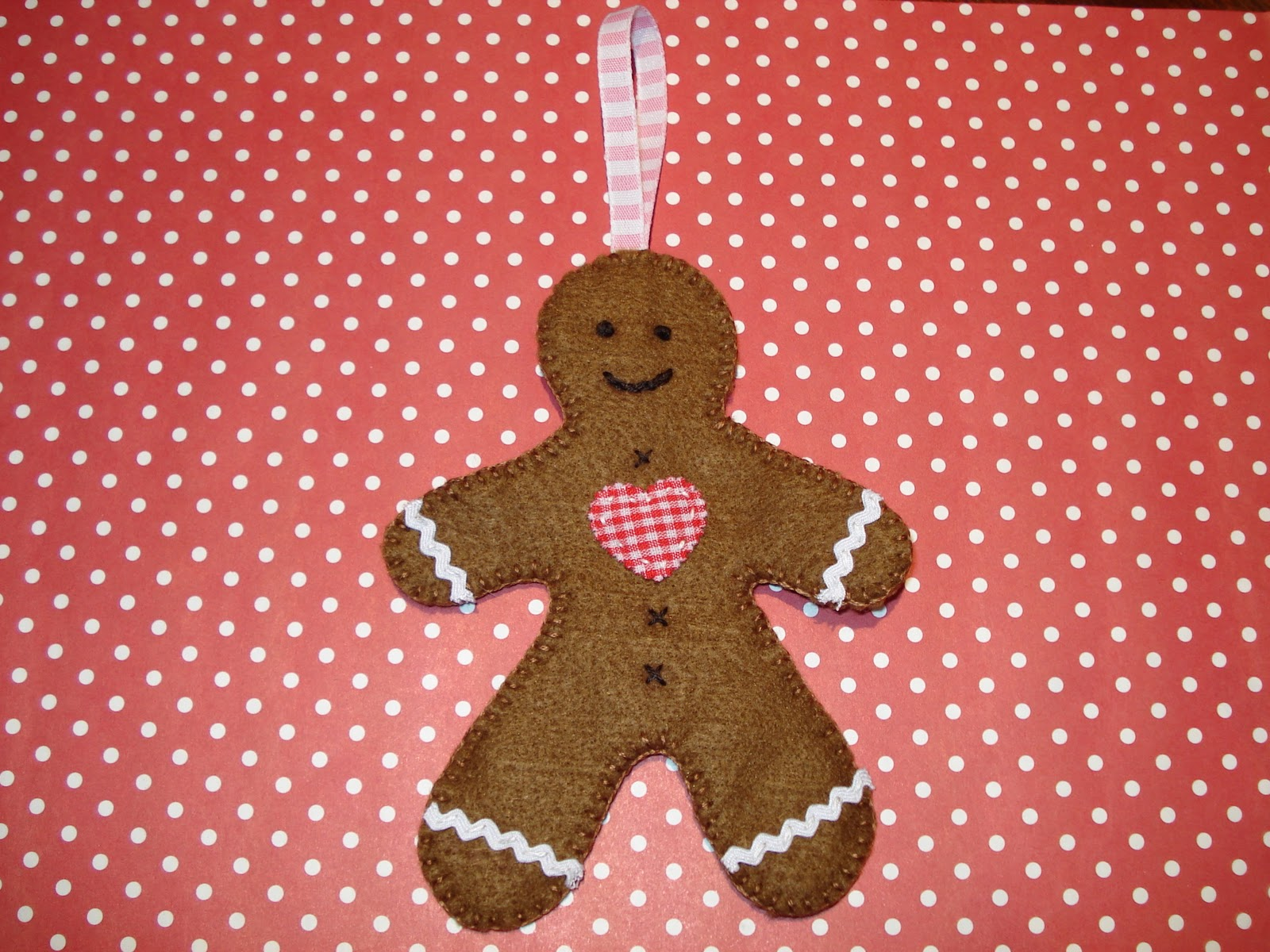 cupcake cutie: Free Christmas felt ornament pattern - Gingerbread man