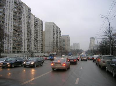 Krawatteneisbär in staubigen Straßen