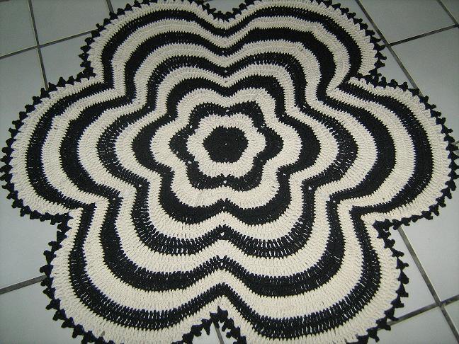 Tapete em forma de flor - flower-shaped rug - De: Anete Campos