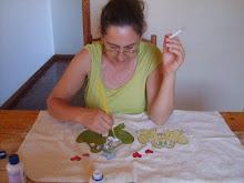 minha mamae me ajudando nos bordados