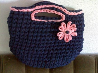 mala azul com flor rosa