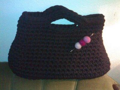 mala em trapilho crochetada em estilo vintage, com aplicação de pregadeira em feltro