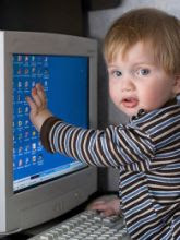 bambini al computer sicuri divertendosi
