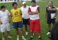 CONOCEDOR.Claudio Marrupe (en el centro, de rojo y blanco) es un técnico con experiencia. / Foto: www.newberypasion.blogspot.com.