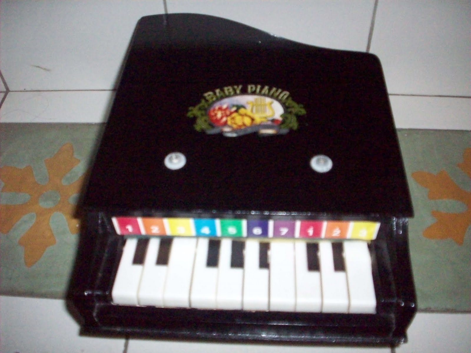 yang ni lak piano kayu jenama baby piano ade warne itam merah ngan biru muda piano ni siap ade kaki lagi hehe
