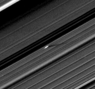 Una hélice inusualmente grande en la División Encke del anillo A de Saturno
