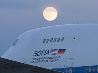 Fotografía del avión 747SP que carga al telescopio SOFIA, obtenida el 22 de octubre de 2010