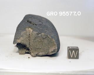 Fotografía de un meteorito rico en carbono analizado en el estudio
