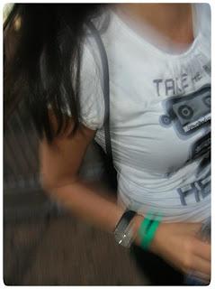 Garota aloprada durante show do Vai Thomaz no Acaju
