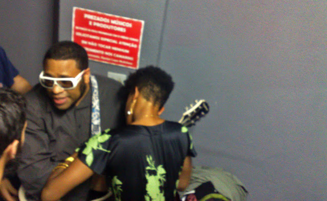 B Negão e Thalma de Freitas (consertando a correia da guitarra do B)