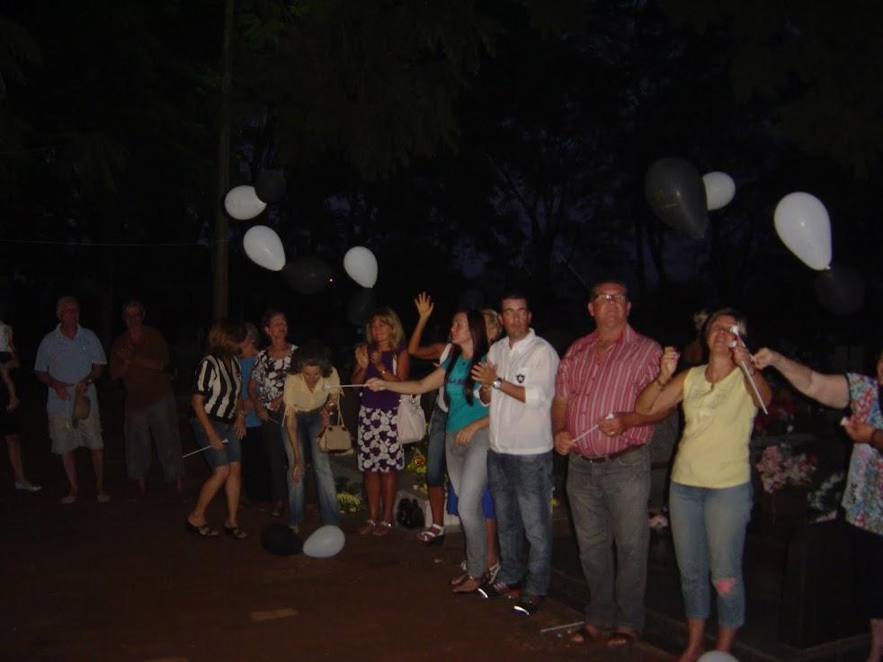 Soltando os balões - brancos/paz e pretos/gratidão