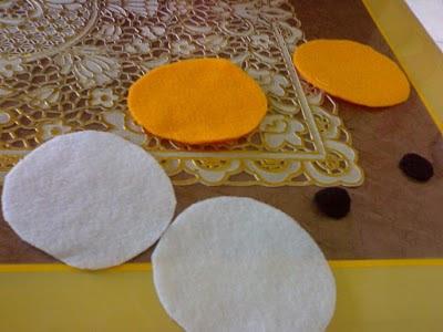pertama gunting kain flanel berwarna putih membentuk dua buah