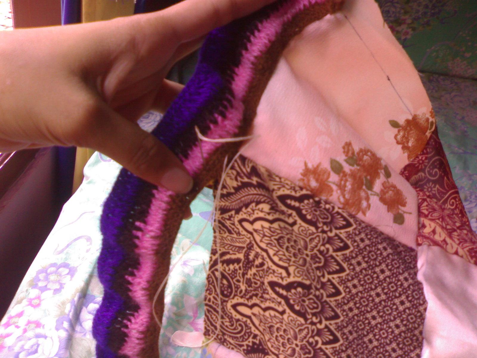 Kemudian berikan renda di samping kain perca yang sudah disambung ...
