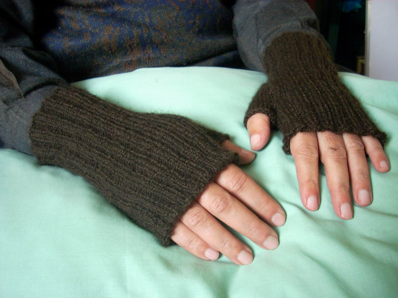 Umme Yusuf: Ribbed Fingerless Gloves