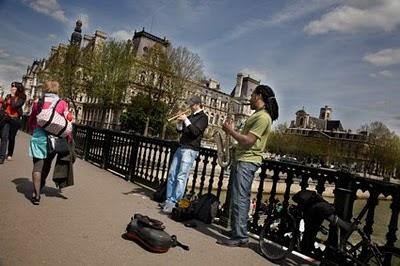 Actuacion musical sobre el Sena Paris