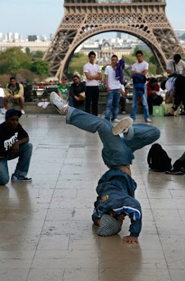 Baile callejero junto a torre Eiffel
