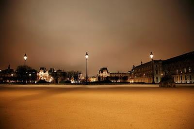 Paseo nocturno por el Louvre en Paris