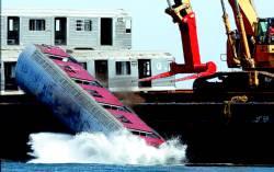 grua lanzando vagon al mar