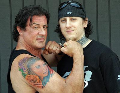 Sylvester Stallone exibe sua tatuagem!