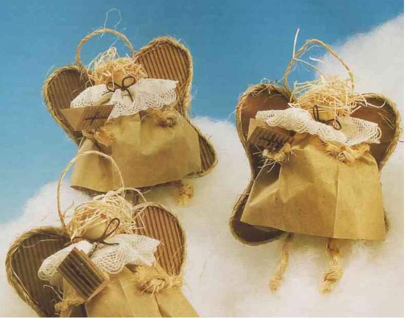 angelitos en variedad de materiales y acabados, listos para souvenirs