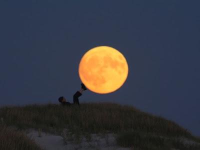 Foto Kreasi Unik Dengan Bulan