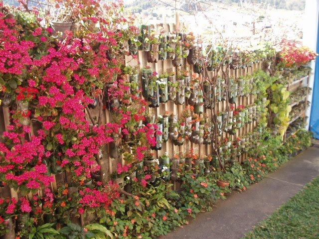 cerca para jardim vertical:Taya Paisagismo: Muro de Bambu e PET