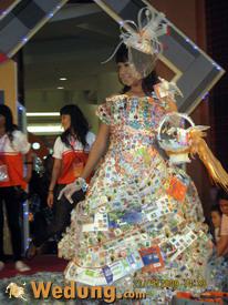 Gaun Dari Rangkaian Benda-Benda Pos