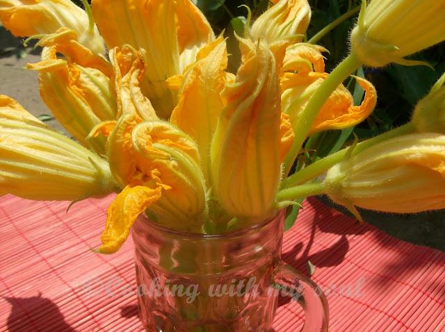 Articole culinare : Flori de dovlecel umplute cu mozzarella si ansoa (Stuffed Zucchini Blossoms)