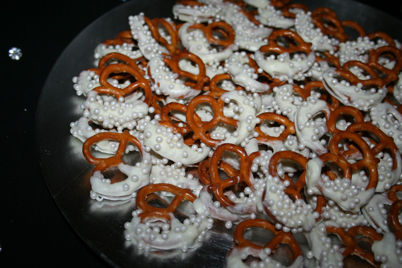 Chocolate dipped pretzels, Chocolate covered pretzel rods and Pretzel ...