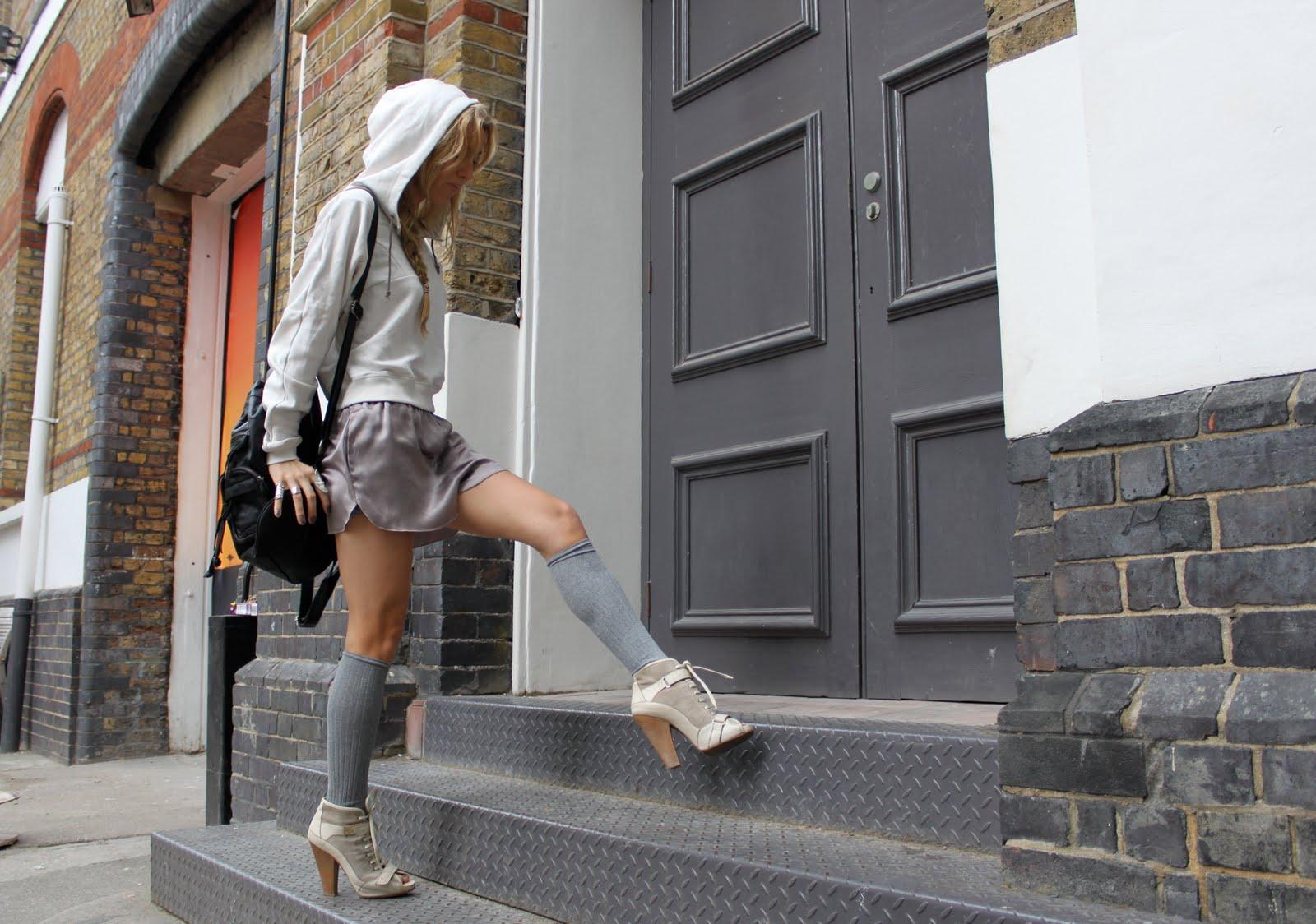 http://3.bp.blogspot.com/_g1lH2C-HTxE/S-16_IkfXaI/AAAAAAAAA4U/SiqC6OBfiwY/s1600/5-inch-and-up-blog-topshop-silk-shorts-barbara-bui-boots-2.JPG