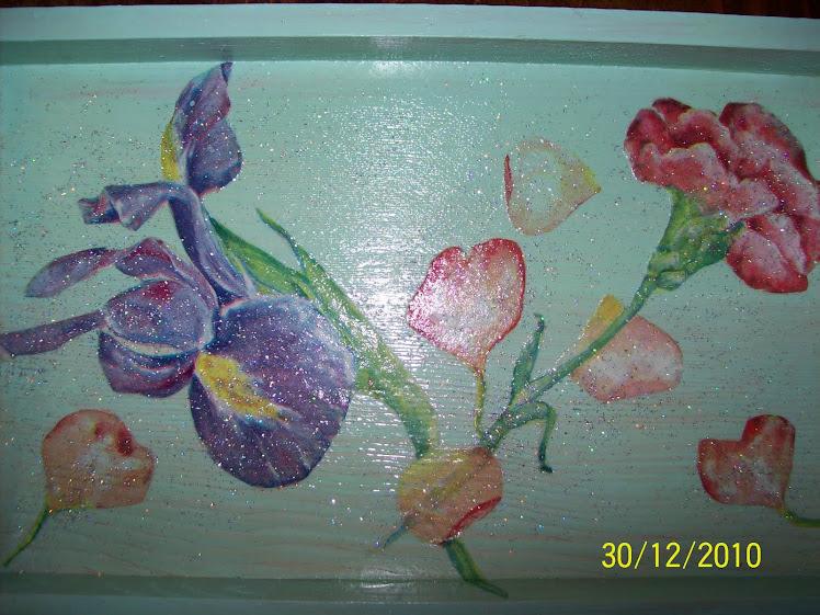 Vassoio in legno verde con fiori, $5,00