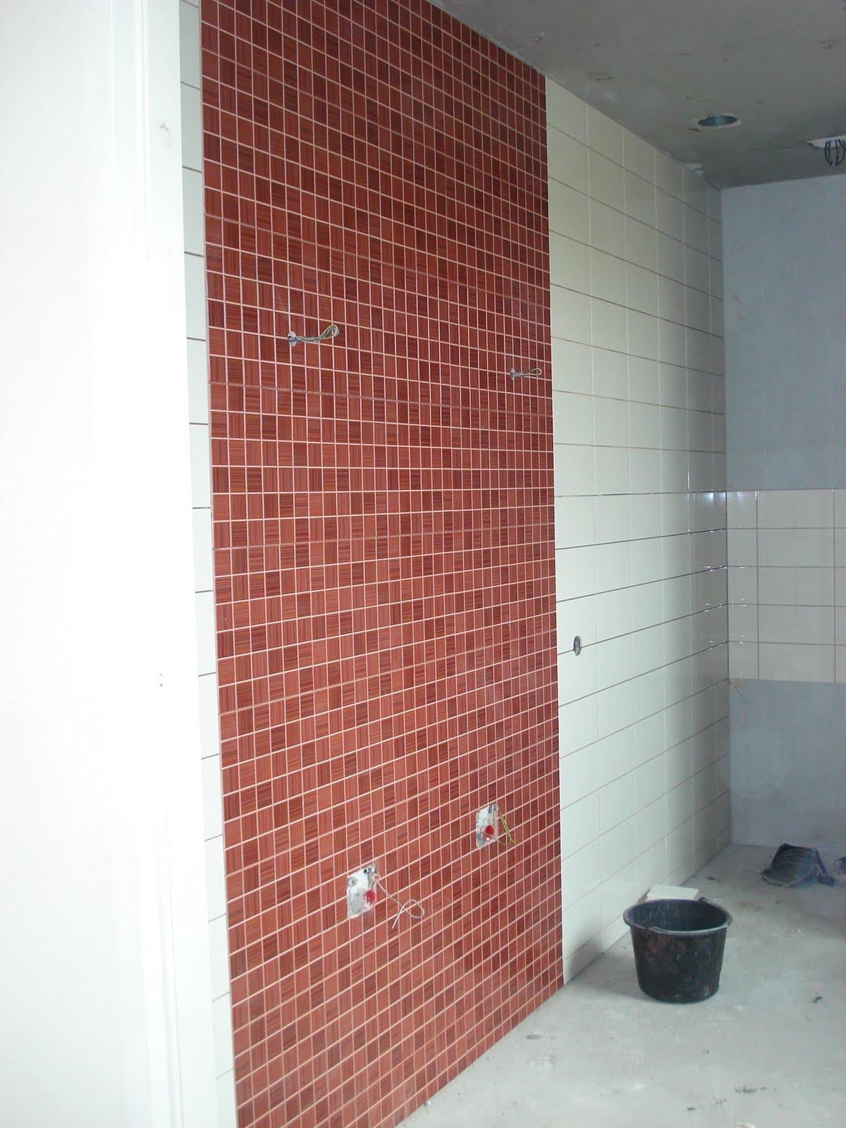 Gerrit verrijstkade in aanbouw badkamer rood - Betegelde rode badkamer ...