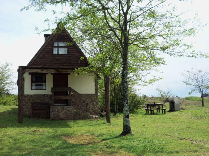 Contamos con tres cabañas de piedra y madera