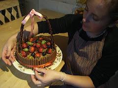 Cestinha de frutas em bolo.