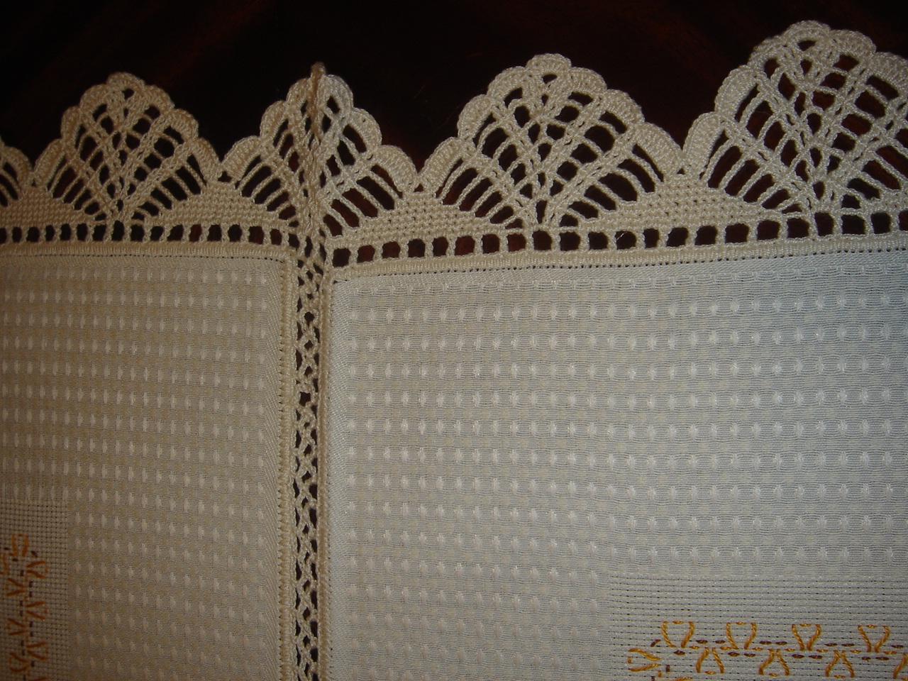 pormenos da união dos panos, bordado e renda à volta da toalha.