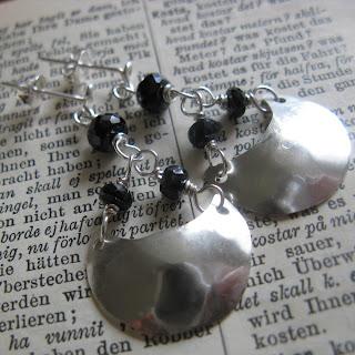Hamrade silversköldörhängen med svart spinel
