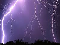 Menelpon Saat Hujan dan Petir