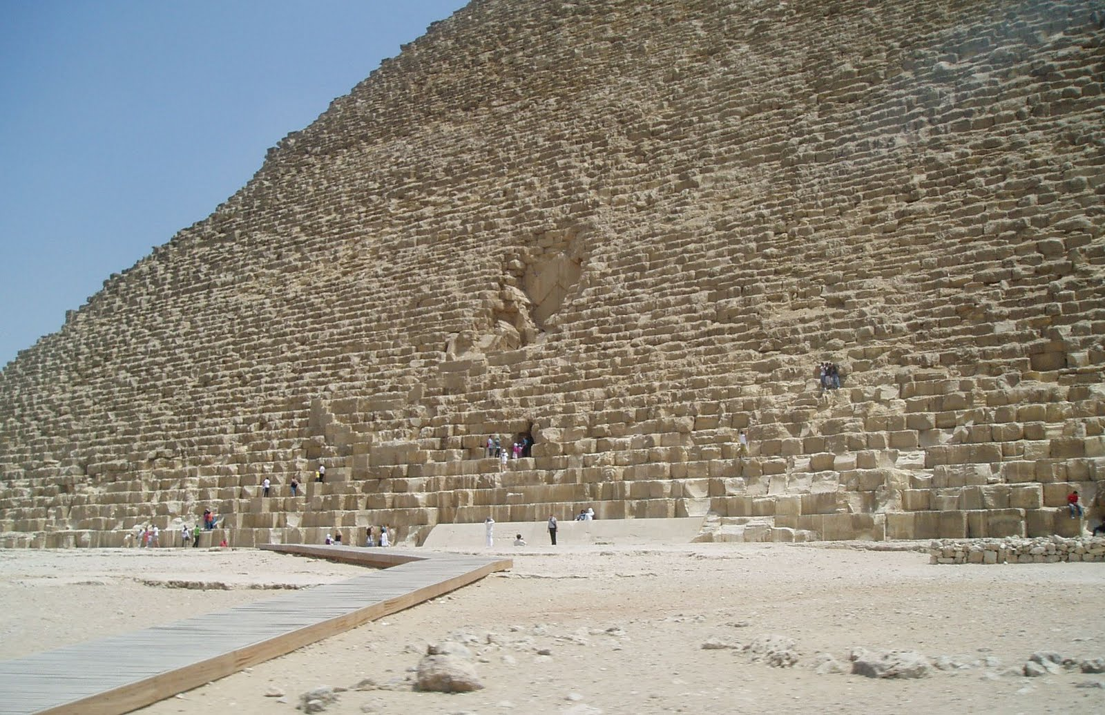 construction of the great pyramid The great pyramid of giza is the only wonder of the ancient world that has survived to the present day the tomb is attributed to khufu or cheops, pharaoh in ancient egypt from 2,620 to 2,580 bc.
