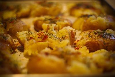 cartofi, ceapa, carne, mancare,  post, slanina, cuptor, boia, piper, mirodenii, smantana, pofta buna, prieteni, timp liber