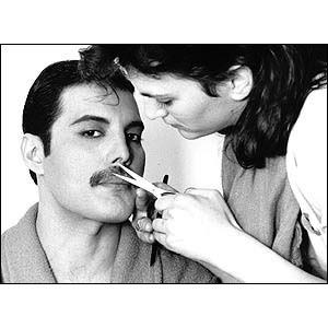 Mucama apara a bem cuidada bigoda de Farrock