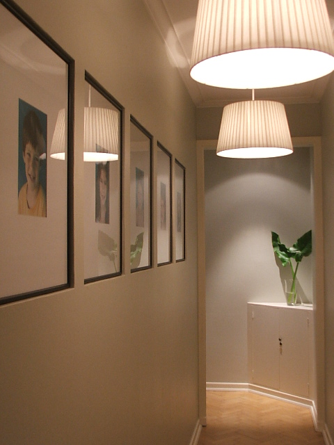 Decorando tu espacio convertir el pasillo en un ambiente til - Colocar cuadros en el pasillo ...