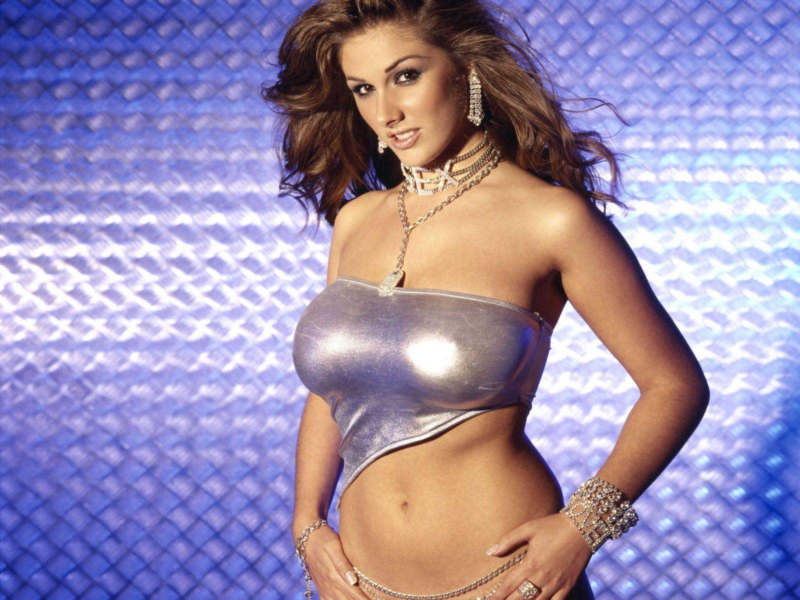 http://3.bp.blogspot.com/_gRl1tLJOW7Q/TLfcgKvRu1I/AAAAAAAABLA/ZglqGNLDJ5k/s1600/lucy_pinder_silver_bikini_desktop_wallpaper_13870_raj.jpg