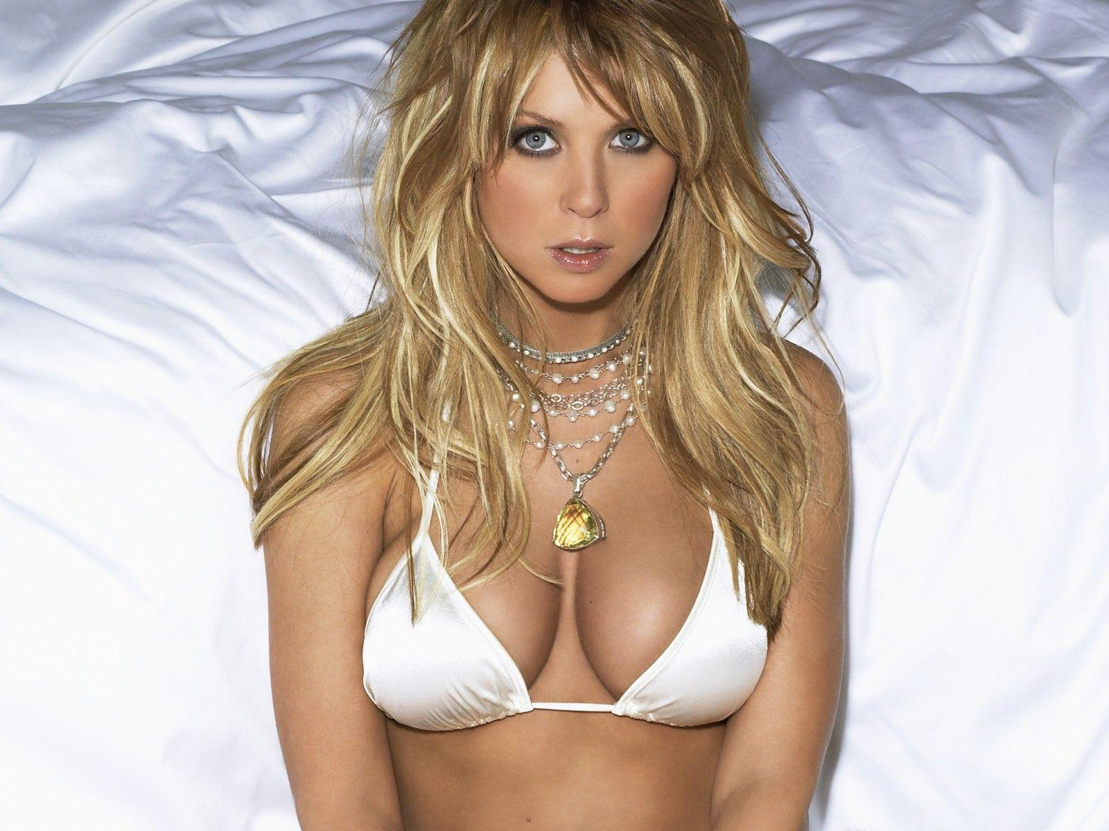 http://3.bp.blogspot.com/_gRl1tLJOW7Q/TLfe5vnXf_I/AAAAAAAABNY/PKdefINy6V4/s1600/tara_reid_hot_bikini_desktop_wallpaper_57890_raj.jpg