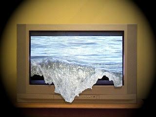 Mar saliendo de la pantalla de una televisión