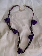 Collar flor cinta con cadena. Colores: Lila, rojo, naranjo y fucsia.