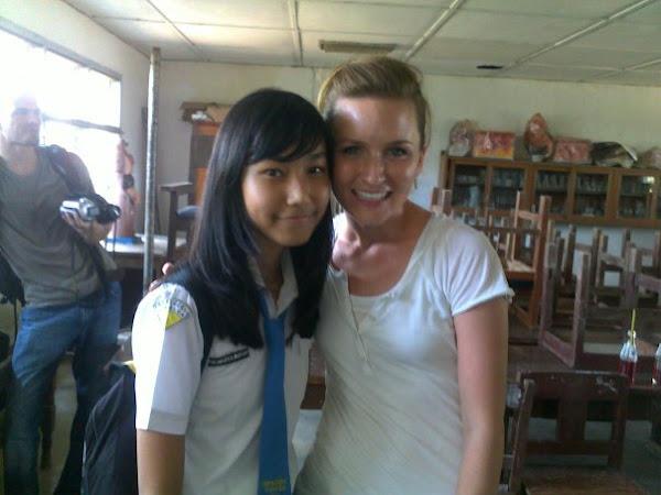 Keakraban Mahasiswi AS bersama Anak Bilingual Class di RuangaN LAB IPA